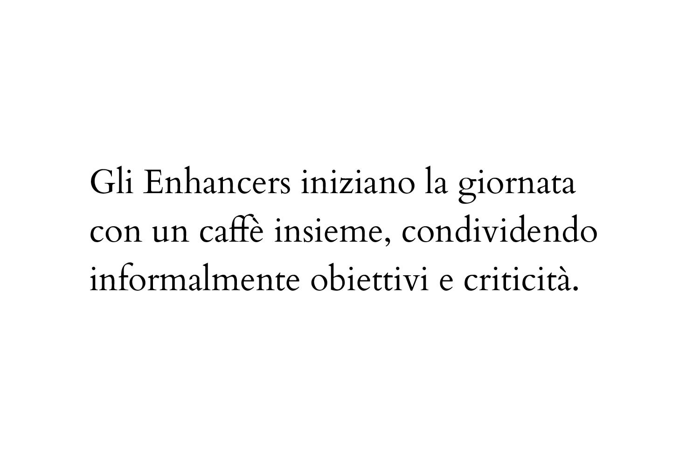 Gli Enhancers iniziano la giornata con un caffè insieme, condividendo informalmente obiettivi e criticità.